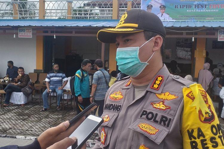 Kapolresta Pekanbaru Kombes Pol Nandang Mumin Wijaya saat diwawancarai Kompas.com di lokasi rapid test massal di Kecamatan Senapelan, Kota Pekanbaru, Riau, terkait aksi pengrusakan rumah tersangka penganiaya pengemudi ojol, Selasa (7/7/2020).