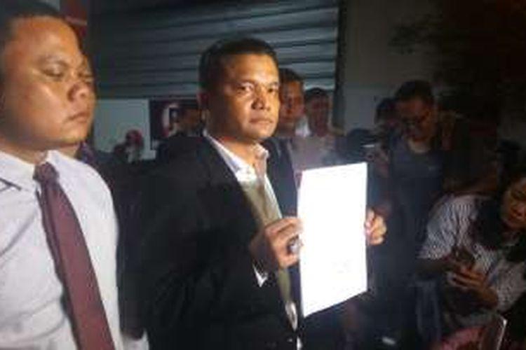 Kuasa hukum Basuki Tjahaja Purnama alias Ahok, Rolas B Sitinjak, usai melaporkan Sekretaris Jenderal DPD FPI Jakarta Novel Chaidir Hasan atas kesaksian palsu ke Polda Metro Jaya, Senin (16/1/2017).