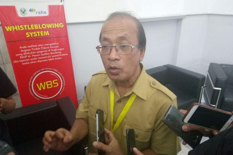 Kepala Instalasi Gawat Darurat (IGD) Rumah Sakit Hasan Sadikin (RSHS) Doddy Tavianto tebgah menjelaskan kondisi terkini Hani (21) korban penembakan oleh orang tak dikenal yang dirawat di RSHS Bandung