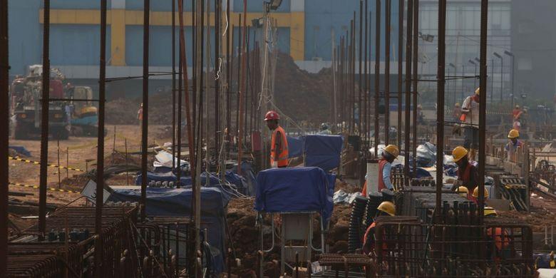 Aktivitas pekerja di tengah proyek pembangunan mass rapid transit (MRT), Lebak Bulus, Jakarta, Senin (14/8/2017).Pengerjaan proyek MRT fase pertama ini diperkirakan rampung pada tahun 2019.