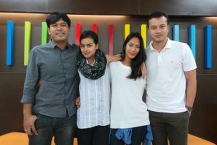 Sutradara film Pendekar Tongkat Emas, Ifa Isfansyah (paling kiri) berfoto bersama para bintang film tersebut, yaitu Eva Celia (pemeran Dara, kedua dari kiri), Tara Basro (Gerhana, kedua dari kanan), dan Nicholas Saputra (Elang, paling kanan), usai berbincang-bincang dengan media Kelompok Kompas Gramedia, di Studio Orange KompasTV, Jalan Palmerah Selatan, Jakarta Pusat, Senin (10/11/2014).