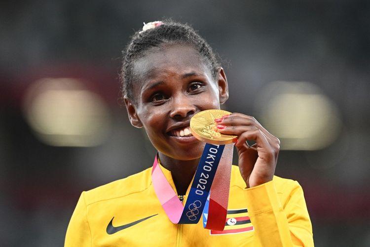 Peraih medali emas, Peruth Chemutai, dari Uganda melakukan selebrasi selama upacara medali untuk nomor lompat rintangan 3000m putri selama Olimpiade Tokyo 2020 di Stadion Olimpiade di Tokyo pada 4 Agustus 2021.