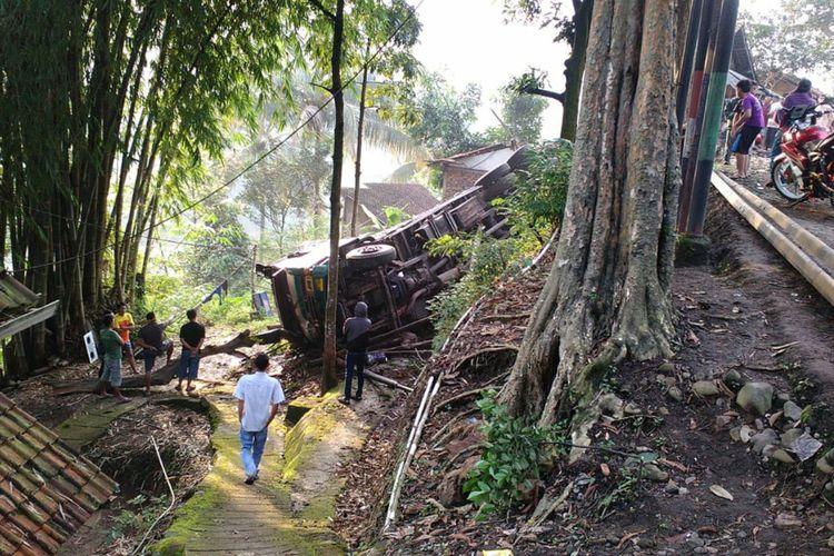 Truk terperosok ke jurang di kawasan Cadas Pangeran, Sumedang, Jawa Barat jadi tontonan warga, Minggu (3/5/2020). ISTIMEWA/KOMPAS.com