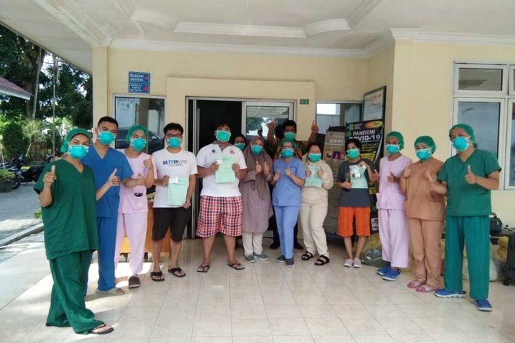 Tim medis RSUP Haji Adam Malik Medan berfoto bersama 6 orang yang dinyatakan sembuh dari positif Covid-19 setelah dirawat beberapa waktu. Saat ini mereka sudah pulang ke rumahnya masing-masing.