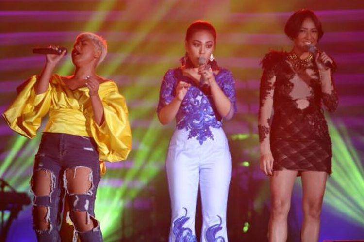 Vokalis Dira Sugandi, Kamasean, dan Lea Simanjuntak tampil bersama menyanyikan lagu-lagu Whitney Houston pada pergelaran Java Jazz Festival 2017 di JIExpo Kemayoran, Jakarta, Jumat (3/3/2017) malam.
