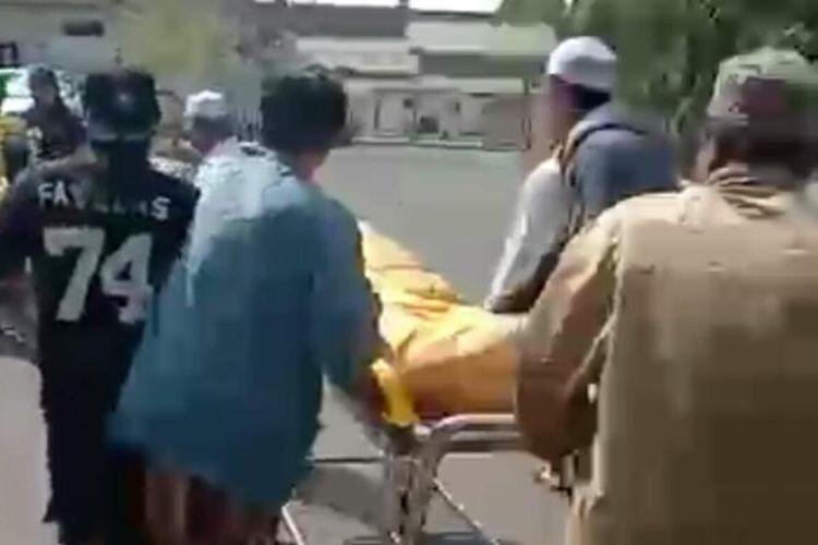 Warga saat menggotong jenazah Covid-19 melalui keranda di RST Soepraoen, Sabtu (8/8/2020).