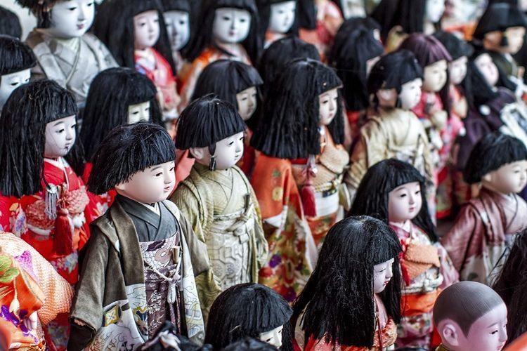 Boneka-boneka yang ditaruh di Kuil Awashima untuk didoakan, Jepang.