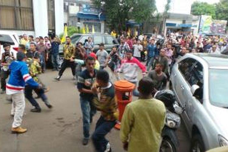 Dua kelompok pemuda yang mengatasnamakan Angkatan Muda Partai Golkar bentrok di lapangan parkir kantor DPP partai Golkar, Slipi, Jakarta Pusat, Selasa (25/11/2014) sore.