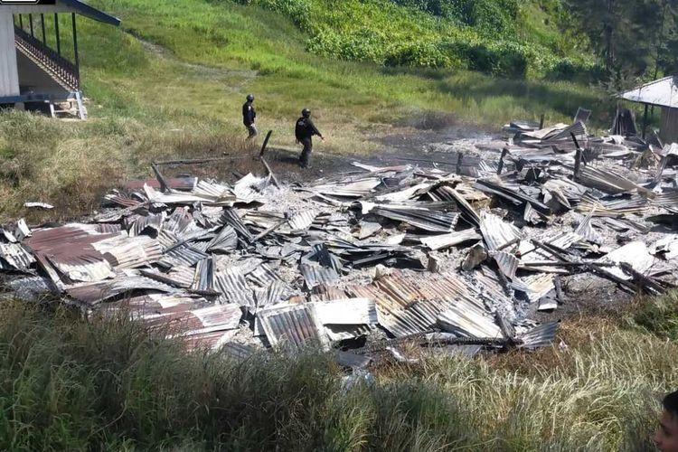 Rumah guru yang dibakar KKB di Kampung Dambet, Distrik Beoga, Kabupaten Puncak, Papua, Sabtu (17/4/2021).
