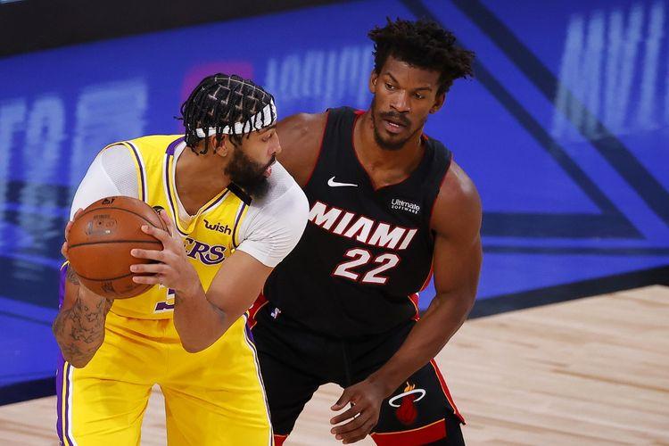 Pebasket LA Lakers, Anthony Davis (kiri) dan pemain Miami Heat, Jimmy Butler, pada gim pertama final NBA 2019-2020 di AdventHealth Arena, Orlando, Amerika Serikat, Kamis (1/10/2020) pagi WIB.