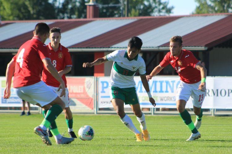 Pemain Timnas U19 Indonesia, Witan Sulaiman, menunjukkan aksinya saat bertemu dengan Bulgaria, Sabtu (5/9/2020) di Kroasia.