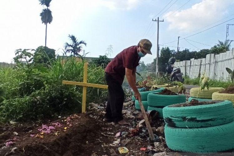 Petugas lingkungan di Kelurahan Sempakata, Kecamatan Medan Selayang, Kota Medan, Sumatera Utara, membuat replika kuburan di tepi jalanan yang kerap didapati banyak sampah.