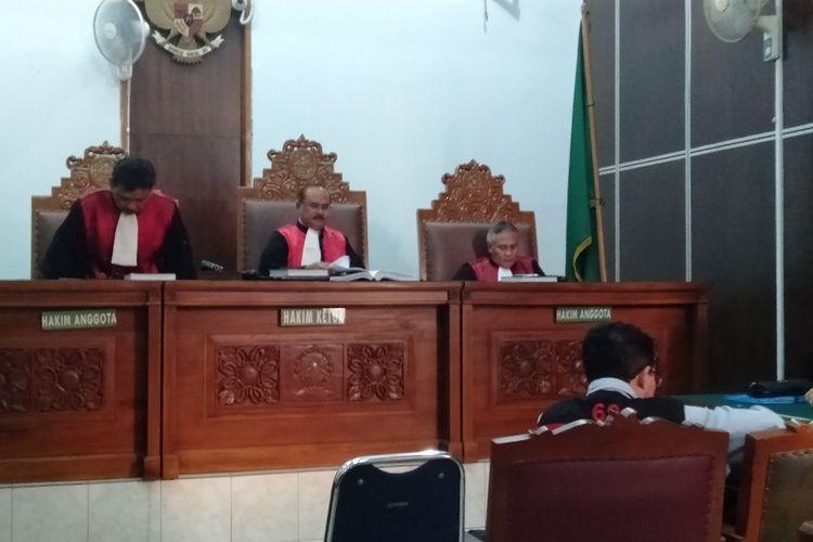 Joko Driyono menangis dalam persidangan di Pengadilan Negeri Jakarta Selatan, Kamis (20/6/2019)