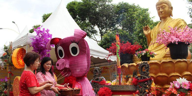 Dua wanita Tionghoa mengunjungi Pekan Festival Cap Go Meh 2570/2019 di Pontianak, Kamis (14/2/2019). Festival Cap Go Meh yang digelar pada 14-19 Februari 2019 tersebut dimeriahkan dengan pekan promosi wisata dan kuliner, karnaval budaya, atraksi barongsai, ritual naga buka dan tutup mata serta pembakaran naga.