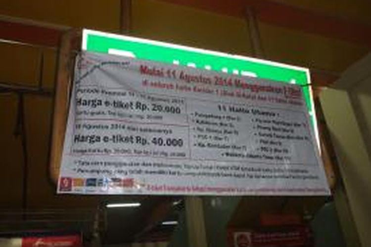 Papan pengumuman di Halte Terminal Blok M, Senin (11/8/2014) yang menyatakan penjualan tiket elektronik dengan harga Rp 20 ribu hanya berlaku dari 11-17 Agustus 2013. Karena setelah itu, harganya akan naik menjadi Rp 40 ribu.