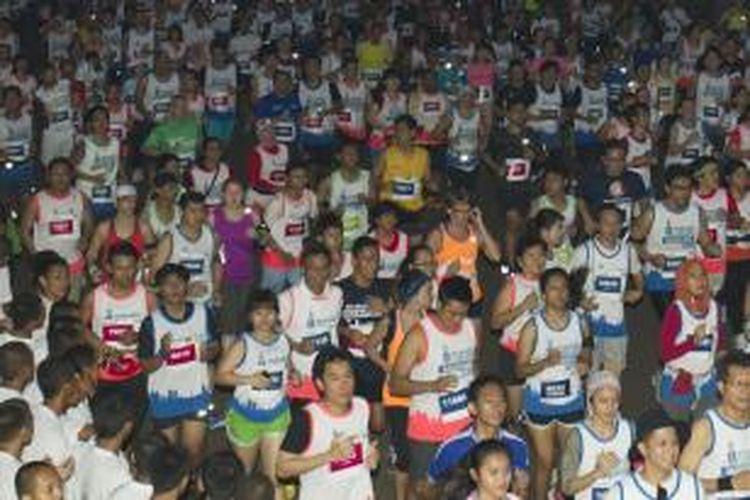 Ribuan peserta mengikuti Jakarta Marathon 2013 di Jalan Silang Timur, Monumen Nasional, Jakarta Pusat, Minggu (27/10/2013). Jakarta Marathon 2013 diikuti oleh sekitar 10.000 peserta yang terdiri dari dalam maupun luar negeri dengan total hadiah sebesar 2,5 miliar rupiah.