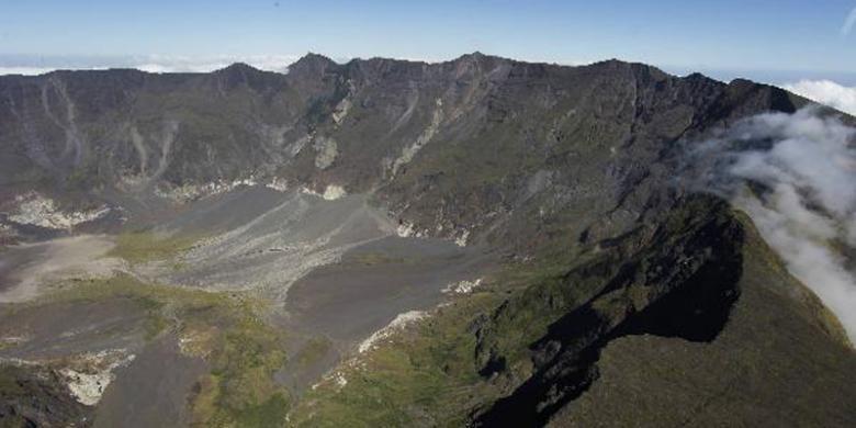 Kawah Gunung Tambora berdiameter lebih kurang tujuh kilometer yang dipagari tebing curam sedalam 1.200 meter di Kabupaten Bima dan Dompu, Nusa Tenggara Barat, Minggu (19/6/2011).