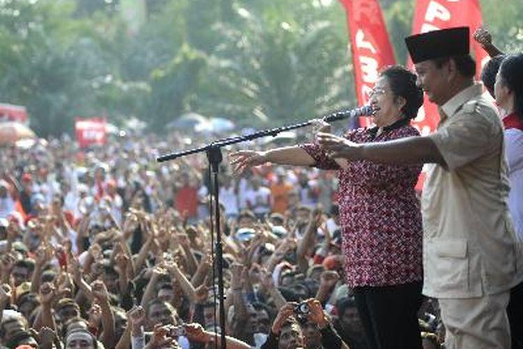 Megawati Soekarnoputri dan Prabowo Subianto dalam Pilpres 2009. Mengakhiri kampanye, calon presiden Megawati Soekarnoputri didampingi calon wakil presiden Prabowo Subianto tampil di Lapangan Simpang Lima, Kota Semarang,Jawa Tengah, Sabtu (4/7/2009).