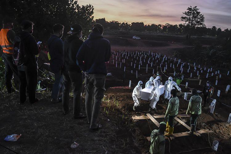 Petugas memakamkan jenazah COVID-19,  di TPU Pondok Ranggon, Jakarta, Selasa (8/9/2020). Data Satuan Tugas Penanganan COVID-19 per hari Selasa (8/9/2020) pukul 12.00 WIB menyebutkan kasus meninggal dunia akibat COVID-19 bertambah 100 oarang menjadi 8.230 orang dan positif COVID-19 bertambah 3.046 orang sehingga menjadi 200.035 orang, sementara kasus pasien sembuh COVID-19 bertambah 2.306 orang menjadi 142.958 orang.