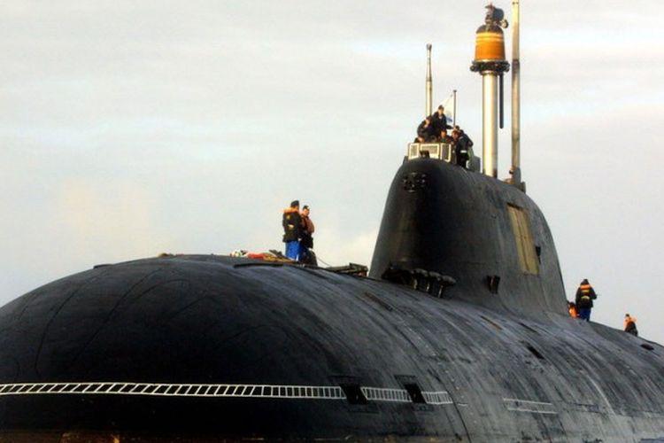 Kapal selam kelas Akula Shchuka-B, ketika berada di kawasan perairan sebelah barat Perancis, 21 September 2004.