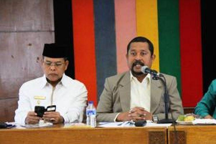 Wakil Bupati Aceh Utara Muhammad Jamil (kiri) Rektor Universitas Malikussaleh Prof Apridar saat berbicara dalam seminar ICMI Aceh di Aceh Utara, Senin (2/11/2015)