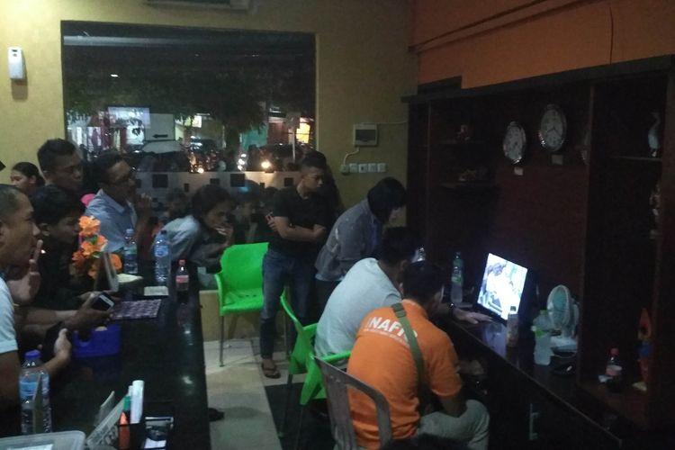 Tim Inafis Polrestabes Makassar memeriksa rekaman CCTV di hotel Benhil Toddopuli Makassar untuk mengetahui penemuan mayat perempuan tanpa identitas, Kamis (11/4/2019).