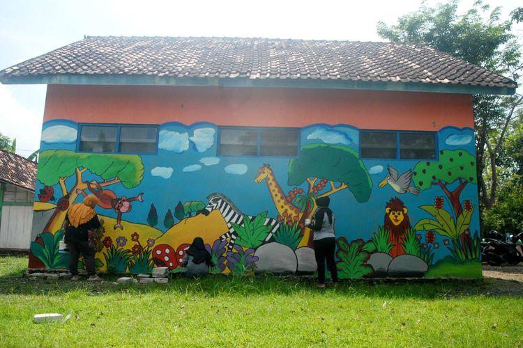 Para guru honorer merampungkan garapan melukis dinding TK Pertiwi Sulursari, Kecamatan Gabus, Kabupaten Grobogan, Jawa Tengah, Minggu (17/5/2020) pagi. Pekerjaan ini mereka lakoni untuk mendapatkan tambahan penghasilan di tengah situasi pandemi Covid-19.