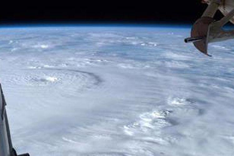 Ini adalah foto pusat Topan Bopha yang diambil hari Minggu (2/12/2012) oleh seorang astronot.