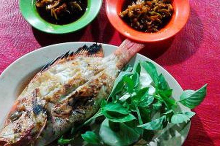 Ikan bakar kakap merah beserta dua jenis sambal.