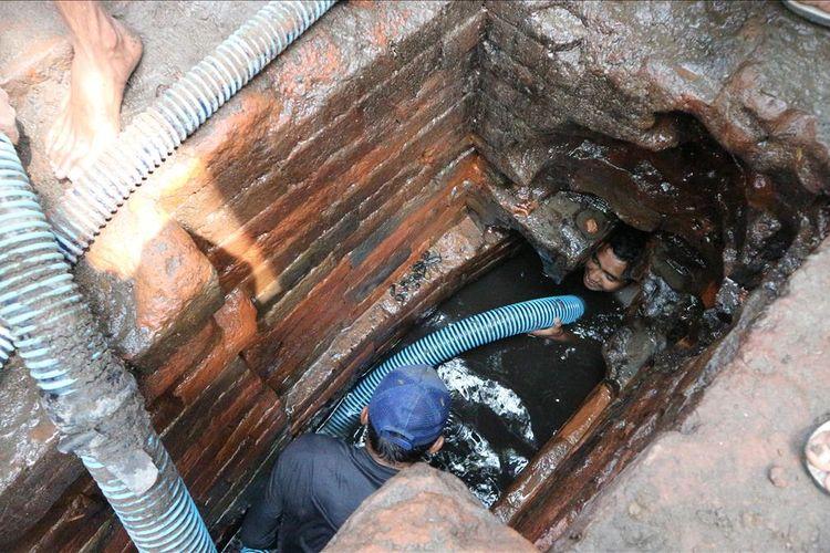 Warga Dusun Sumberbeji, Desa Kesamben, Kecamatan Ngoro, Kabupaten Jombang, Jawa Timur, membersihkan waduk yang bersumber dari sumber mata air alami, di Dusun setempat, Minggu (30/6/2019).