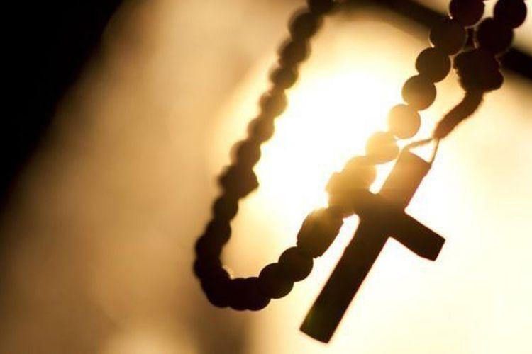Ilustrasi salib pada rosario.