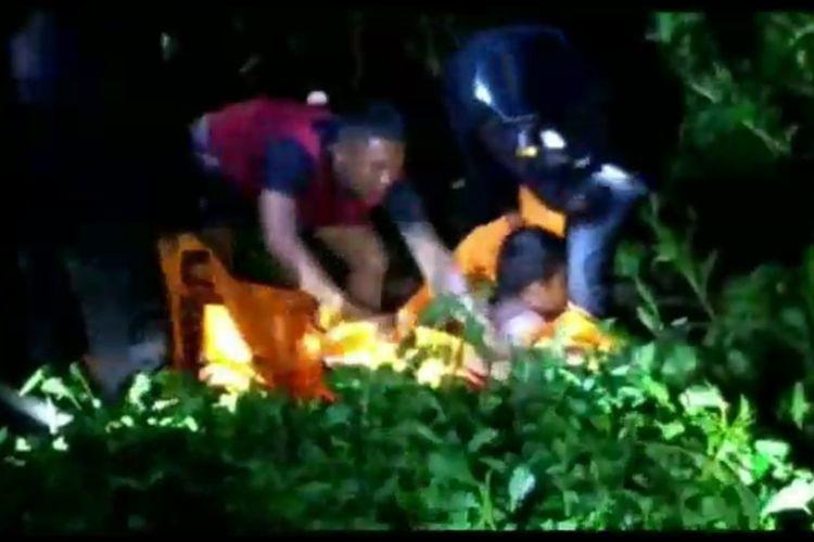 Evakuasi Kurnia (14) yang tewas setelah diterkam buaya di Mamuju Tengah, Sulawesi Barat, Minggu (9/5/2021).