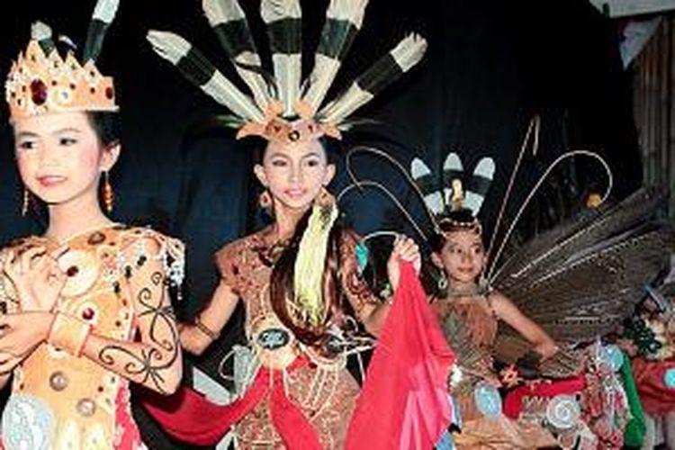 Sebanyak 13 peserta fashion show busana adat Dayak kategori anak-anak, usia 6-11 tahun, memperagakan desain dan keunikannya masing-masing, pekan lalu, pada Festival Bantaran Sungai Kahayan II di Palangkaraya, Kalimantan Tengah. Festival yang menjadi agenda tahunan sejak 2013 itu digelar untuk menarik minat wisatawan lokal dan internasional.