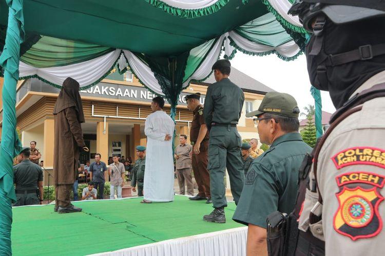Suasana eksekusi cambuk pelanggaran syariat islam di halaman Kantor Kejari Lhoksukon, Aceh Utara, Kamis (14/11/2019)