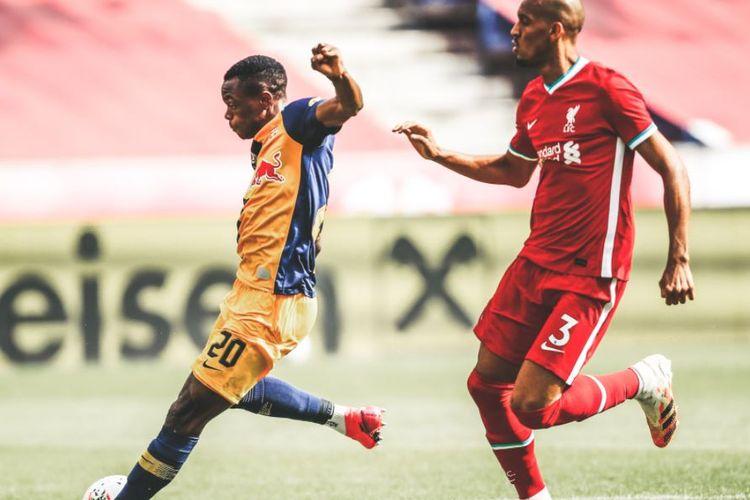 Patson Daka dibayangi oleh Fabinho pada laga Liverpool Vs RB Salzburg.