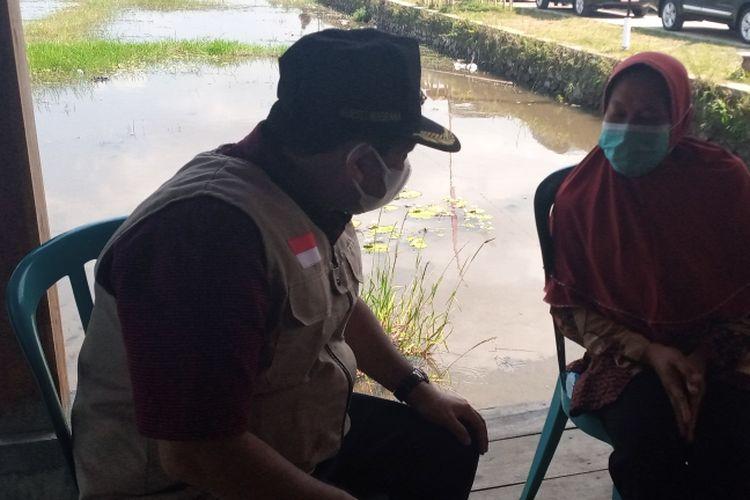 Bupati Semarang Ngesti Nugraha menenangkan Siti Paryatun yang menangis saat menerima bantuan sembako.