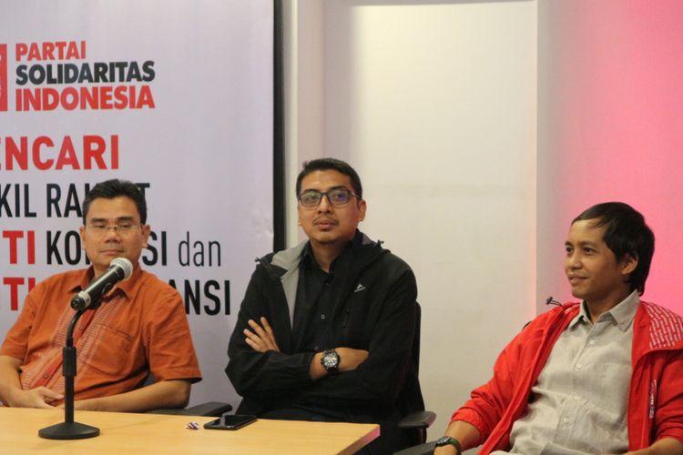 Peneliti Pusat Kajian Antikorupsi (Pukat) Universitas Gajah Mada (UGM), Zainal Arifin Mochtar (tengah) ketika memberikan keterangan pers di kantor DPP PSI, Jakarta, Minggu (5/11/2017).