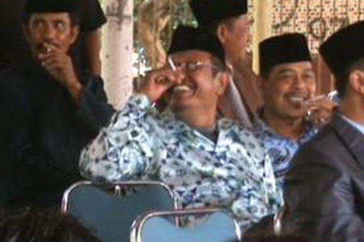 Sejumlah pejabat di Kabupaten Bone, Sulawesi Selatan asyik merokok dan mengobrol saat mengikuti upacara Hari Pahlawan Nasional. Minggu, (10/11/2013).