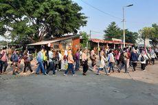 Antrean Penumpang Masih Terjadi di Stasiun Bekasi Senin Pagi, Mengular hingga ke Area Parkir