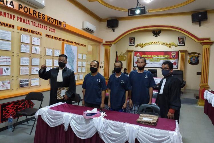 Hermanus serta dua terdakwa lainnya saat sebelum proses sidang dimulai di Polres Kotim (sumber foto Aldo Kompas)
