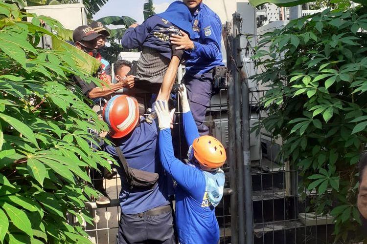 Personel pemadam kebakaran Kota Depok usai mengevakuasi perempuan muda yang coba bunuh diri dengan memanjat SUTET setinggi 30 meter di Kampung Areman, Cimanggis, Depok, Senin (16/11/2020).