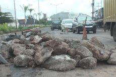 Jalur Mudik di Kota Prabumulih Diperbaiki dengan Ditutup Batu dan Tanah