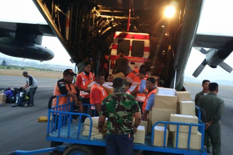 Petugas di Lanud Abdulrachman Saleh, Malang saat bersiap mengirim bantuan ke Lombok, NTB, Senin (13/8/2018).