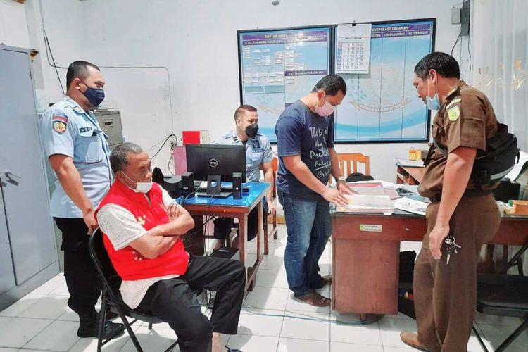 Tim Tangkap Buronan (Tabur) Kejaksaan Negeri Kabupaten Pati, Jawa Tengah meringkus Hendro (45) eks Direktur PD BPR BKK Dukuhseti lantaran terseret kasus korupsi, Kamis (8/4/2021).