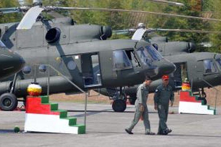 Enam unit helikopter Mi-17 V5 buatan Rusia diserahkan kepada Pemerintah Indonesia melalui Kementerian Pertahanan di Skadron 21/Sena, Pondok Cabe, Tangerang Selatan, Banten, Jumat (26/8/2011). Enam helikopter Mi-17 V5 tersebut merupakan helikopter angkut militer yang dapat mengangkut 36 personil atau beban seberat tiga ton, dan akan mengisi Skadron 31/Serbu Semarang.