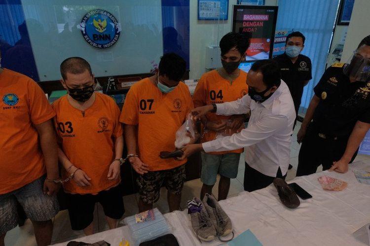 Saat Kepala Bidang Pemberantasan BNNP Bali I Putu Agus Arjaya merekonstruksi kepemilikan barang bukti di Kantor BNNP Bali, Denpasar, Senin (30/11/2020).
