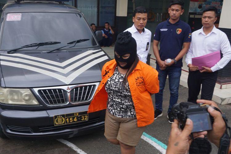 Tersangka ED (29) dihadirkan saat ungkap kasus prostitusi online di Mapolres Cilacap, Jawa Tengah, Senin (17/2/2020).