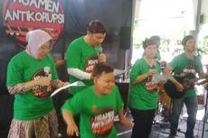 Ikut Mengamen di Stasiun Gubeng bersama KPK, Risma Nyanyikan Lagu