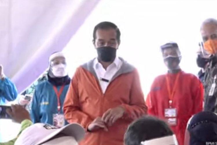 Presiden Joko Widodo meninjau pelaksanaan vaksinasi massal di Pelabuhan Tanjung Emas, Semarang, Jawa Tengah, Jumat (11/6/2021).