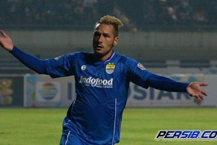 Ekspresi Raphael Maitimo saat berhasil mencetak gol untuk Persib Bandung.